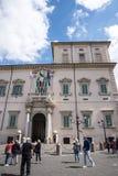 De Quirinale slottvakterna i Rome Italien Fotografering för Bildbyråer