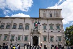 De Quirinale slottvakterna i Rome Italien Arkivbilder