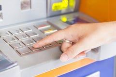 De räcka finansiella transaktionerna via ATM Arkivfoto
