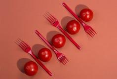 De résumé toujours la vie avec des tomates et des fourchettes Images libres de droits