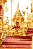 De röda och guld- tillagda strukturerna runt om den kungliga krematoriet i Thailand på November 04, 2017 Arkivfoto