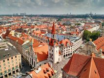 De röda taken av Munich den gamla staden, Tyskland royaltyfri fotografi