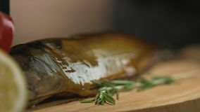 De rökte kocksudden fiskar med olja, innan de tjänar som Restaurang eller kafékök lager videofilmer