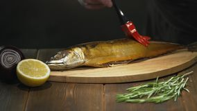 De rökte kocksudden fiskar med olja, innan de tjänar som Restaurang eller kafékök arkivfilmer