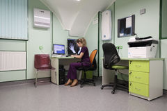 De röntgenoloog interpreteert medische beelden Royalty-vrije Stock Afbeeldingen