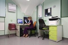 De röntgenoloog interpreteert medische beelden Stock Foto's