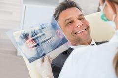 De Röntgenstraal van tandartswith teeth in Front Of Businessman royalty-vrije stock fotografie