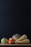 De raíz todavía de las verduras arreglo de la tabla de vida Fotos de archivo libres de regalías