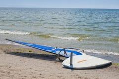 De raad en het zeil van Windsurfing stock foto