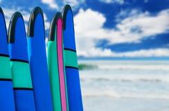 De raad van de kleurenbranding in een stapel door oceaan Royalty-vrije Stock Afbeelding