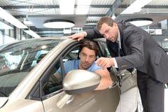 De raad van het autohandel drijven - verkopers en klanten wanneer het kopen van een auto stock foto