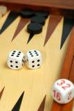 De raad van het backgammon en dobbelt Stock Foto's