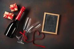 De raad van het de Dagbericht van Valentine met glazen van champagne en een hart-vormig lint Hoogste mening met ruimte voor uw ge royalty-vrije stock fotografie