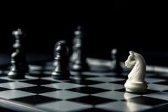 De raad van het schaak Het witte paard bedreigt het schaak van de zwarte tegenstander stock illustratie