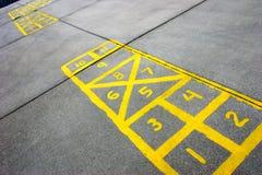 De raad van hinkelspels bij schoolplein Stock Foto