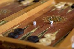 De raad voor het spelen backgammon met controleurs en dobbelt stock afbeeldingen