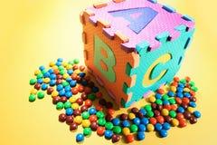 De Raadsels van het alfabet en de Lollies van de Chocolade Stock Afbeeldingen