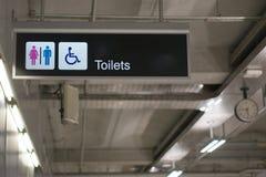 De raadsteken van de toiletteninformatie bij internationale luchthaventerminal Royalty-vrije Stock Foto