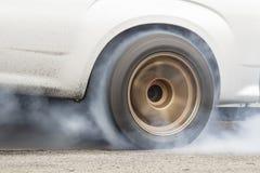 De raceauto brandt rubber van zijn banden voor het ras royalty-vrije stock foto