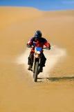 De raceauto van Moto in woestijn Stock Afbeelding