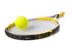 De Racket en de bal van het tennis op wit Royalty-vrije Stock Foto