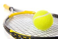 De Racket en de bal van het tennis op wit Royalty-vrije Stock Afbeeldingen