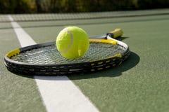 De Racket en de bal van het tennis op wit Royalty-vrije Stock Afbeelding