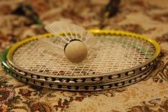 De racket en de shuttle van het badminton stock foto