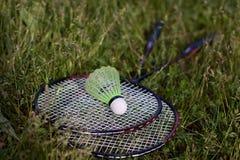 De racket van de shuttle en van het badminton Stock Foto's