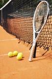 De rackets en de ballen van het tennis stock afbeeldingen