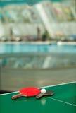 De rackets van het pingpong en bal en swimmig pool Stock Fotografie