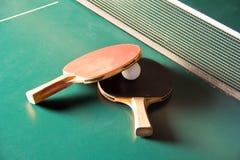 De rackets van het pingpong met bal Stock Afbeeldingen