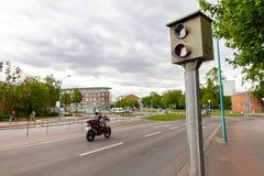 De radarval bevindt zich dichtbij een straat stock foto