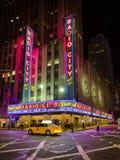 De radio teatro de variedades la ciudad, una señal popular en Manhattan localizó en el centro de Rockefeller, ha recibido el th Fotografía de archivo