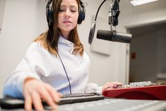 De radiostudio van Jockeywearing headphones in stock foto
