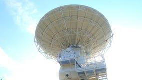 De radiotelescoop luistert aan ruimte stock video