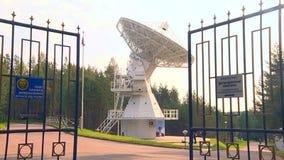 De radiotelescoop luistert aan ruimte stock footage
