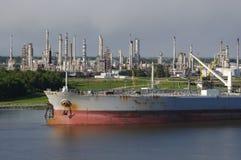 De Raffinaderij en de Tanker van de aardolie Stock Fotografie