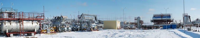 De raffinaderij van de brandstof en van het gas bij de winter. royalty-vrije stock foto's