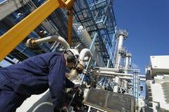 De raffinaderij van de ingenieur en van de olie royalty-vrije stock fotografie