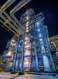 De raffinaderij van de olie bij nacht Stock Afbeeldingen