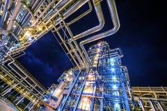 De raffinaderij van de olie bij nacht royalty-vrije stock afbeelding
