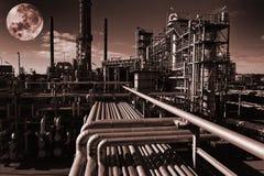 De raffinaderij van de olie bij nacht Royalty-vrije Stock Afbeeldingen