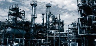 De raffinaderij van de olie bij schemer stock afbeelding