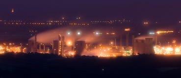 De raffinaderij van de olie bij schemer Royalty-vrije Stock Foto's