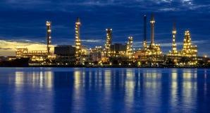 De raffinaderij van de olie bij schemering Stock Afbeelding