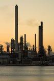 De raffinaderij van de olie bij zonsondergang Stock Fotografie