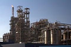 De raffinaderij van de olie in een zonnige dag Stock Foto's