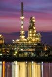 De raffinaderij van de olie en van het gas bij schemering Stock Foto's