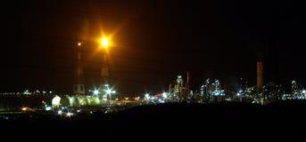 De raffinaderij van de olie op 's nachts het werk Stock Afbeeldingen